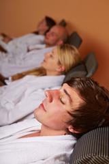 Paare entspannen im Ruheraum