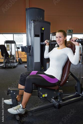 Frau macht Rückenübungen im Fitnesscenter