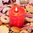 Kerzenschein mit Weihnachtsgebäck