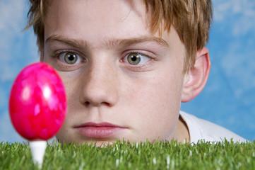 Osterei als Golfball – staunender Junge
