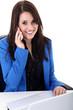 Junge Büro Frau mit Telefon telefoniert freundlich