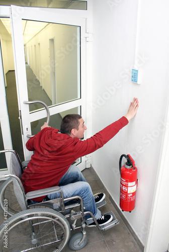 Rollstuhlfahrer an der Tür