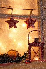 Weihnachtlich geschmücktes Fenster mit Schneeflocken