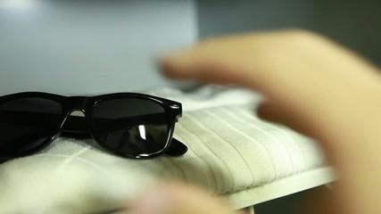 Armadietto con orologio e occhiali