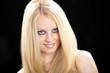 Junge blonde Frau lächelt