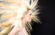 Junge Frau mit langen blonden Haaren im Wind