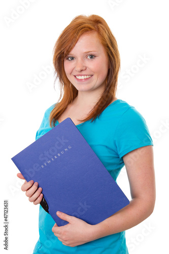 Rothaariges Mädchen mit Bewerbungsmappe