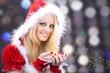 Junge Santa Frau mit Glitzer Sterne lacht