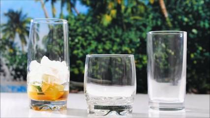Zubereitung von Cocktails an der tropischen Strandbar