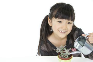 植物を育てる子供