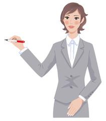 ペンを持って説明する女性