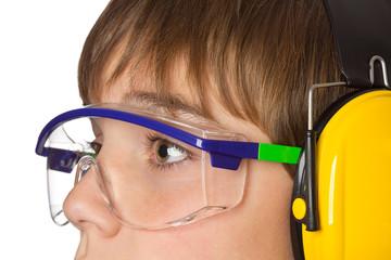 Jugendlicher mit Schutzbrille und Gehörschutz - Arbeitsschutz
