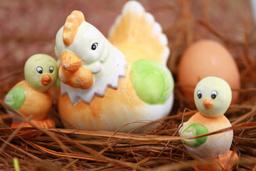 poule et poussins sur nid de paille