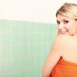 Blondine im entspannt Wellnessbereich
