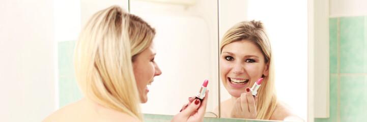 Blonde Frau mit Lippenstift