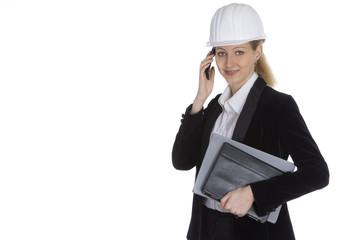 Eine selbstbewusste Frau leitet ein Projekt