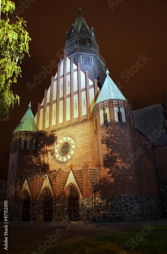 Portal gotyckiego kościoła nocą w Poznaniu © GKor