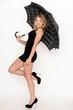 Gutaussehende junge Frau mit Regenschirm