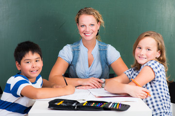 freundliche lehrerin mit ihren schülern