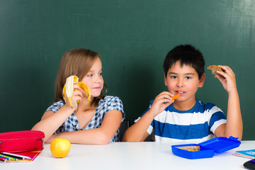 schüler machen gemeinsam frühstückspause