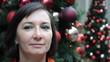 Businessfrau mit Weihnachtsdekoration