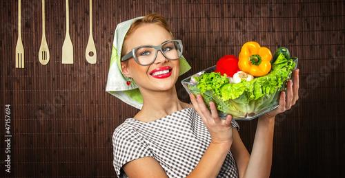 Wsi kobieta Cooka gospodarstwa bowl z warzyw, makro