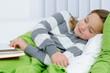 Mädchen ist beim lesen eingeschlafen
