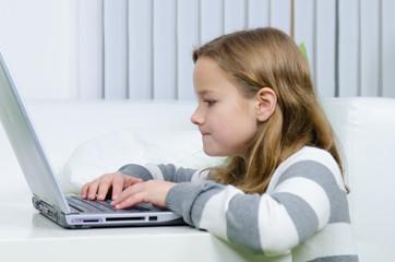 Mädchen sieht etwas Interessantes im Internet