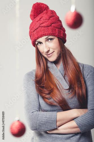 Frau mit weihnachtlicher Dekoration