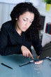 junge frau arbeitet am touchpad im büro