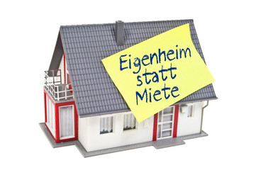 Haus mit Zettel und Eigenheim statt Miete
