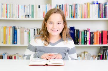 kind liest mit freude