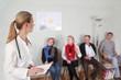 Leinwanddruck Bild - Ärztin im Wartezimmer mit Patienten