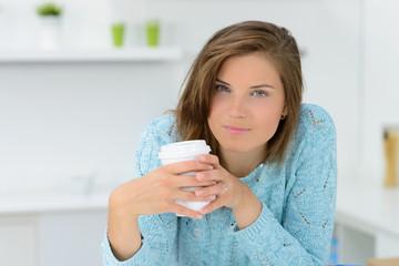 junge frau mit kaffeebecher