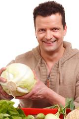 glücklicher gärtner mit frischem gemüsekorb
