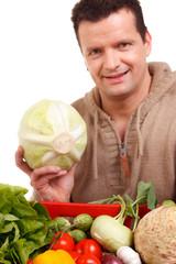 gärtner bietet sein gemüse an