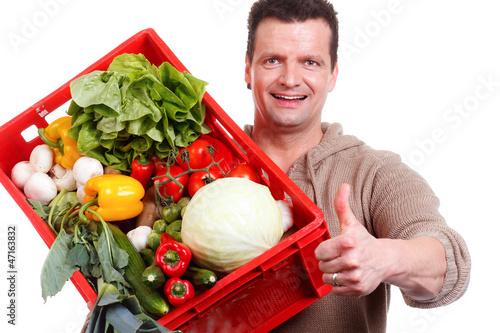 gärtner mit gemüsekiste zeigt daumen hoch