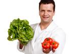 verkäufer bietet  salat und tomaten an