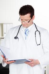 doktor schaut in den terminkalender