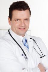 freundlicher doktor mit stethoskop
