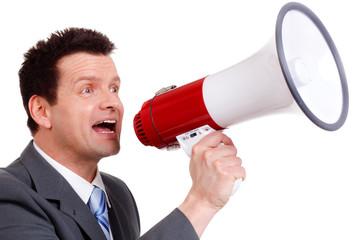 mann schreit lautstark in ein megafon