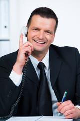 freundlicher kundenberater  telefoniert