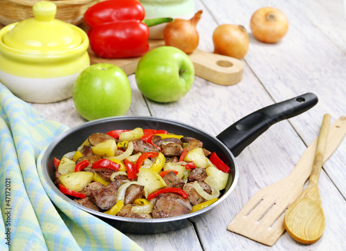 Chicken liver stewed with peppers and apples