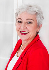 Goldene Jahre - attraktive Dame mit grauen Haaren