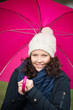lachende frau mit regenschirm