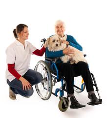 241112 Oma im Rollstuhl mit Hund