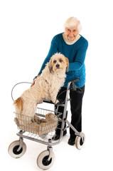 Oma mit Hund und Rollator 241112