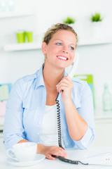 frau führt ein telefongespräch