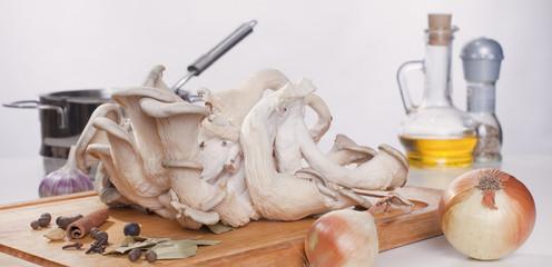 Ингредиенты для приготовления блюда из грибов.