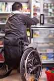 Mann mit Handicap beim einkaufen - Rollstuhl